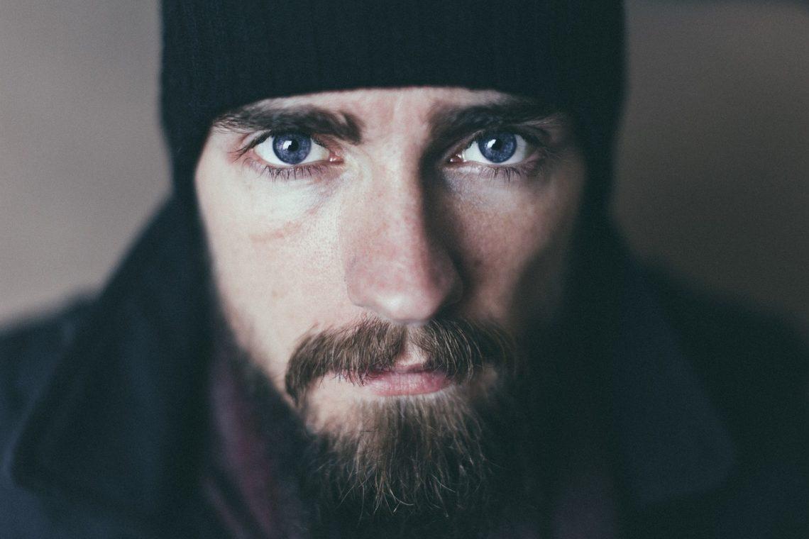 homme avec une grande barbe